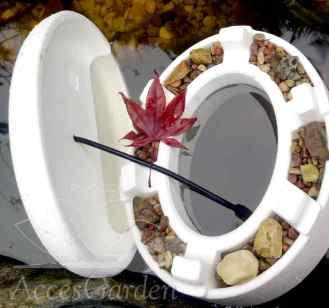 sztuczny przerębel do oczka wodnego po należytym obciążeniu piaskiem lub żwirem należy umieścić w oczku wodnym przykrywając pokrywa przez którą możemy przełożyć wężyk do napowietrzacza.